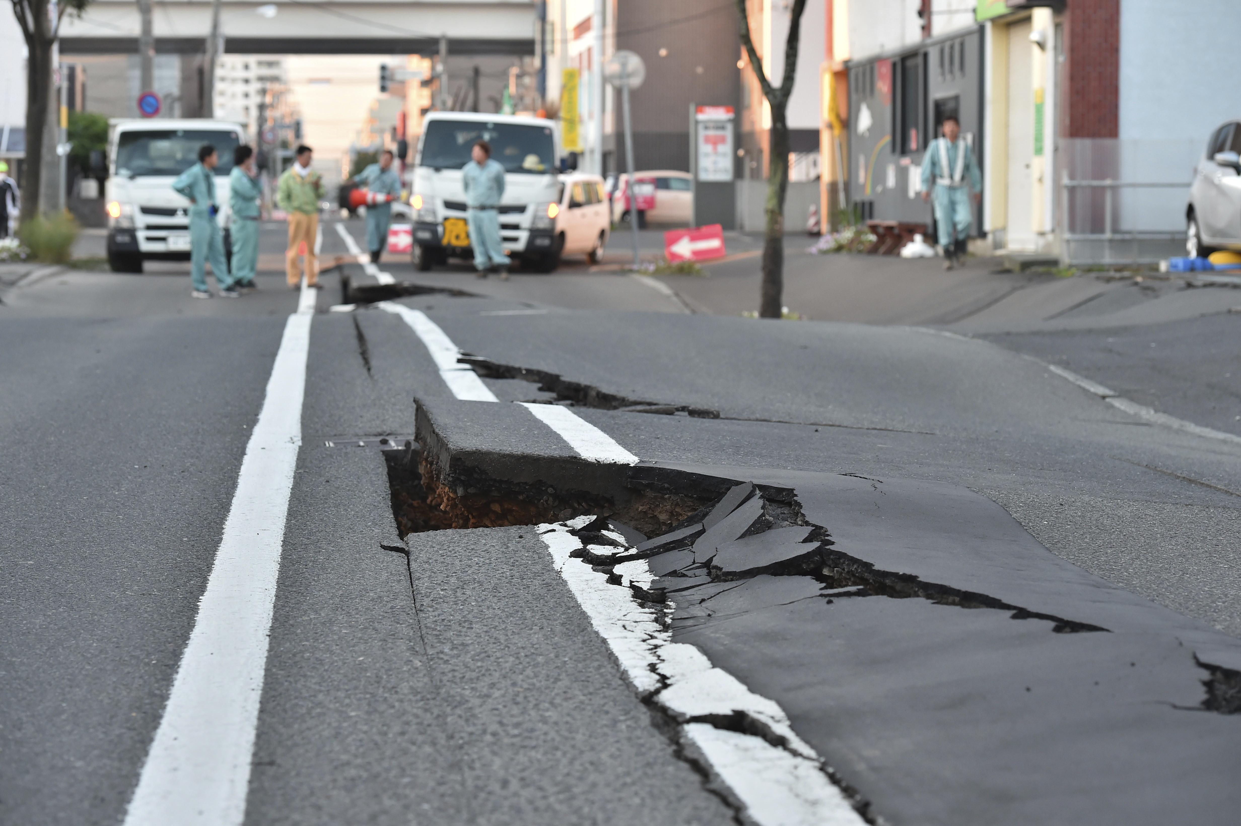 ▲▼北海道地震,札幌地區路面破裂。(圖/達志影像/美聯社)。