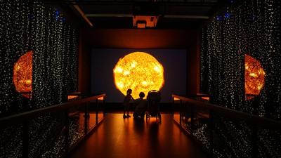 哪裡來的閃光彈!科博館全球最亮8K投影 暢遊太陽系不是夢