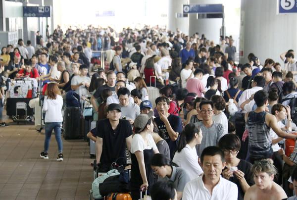 ▲▼關西機場的受困旅客們。(圖/路透)