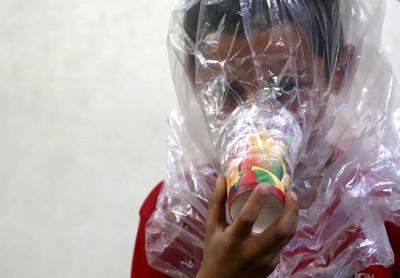 防化武!敘國人紙杯塞「棉花+木炭」綁頭