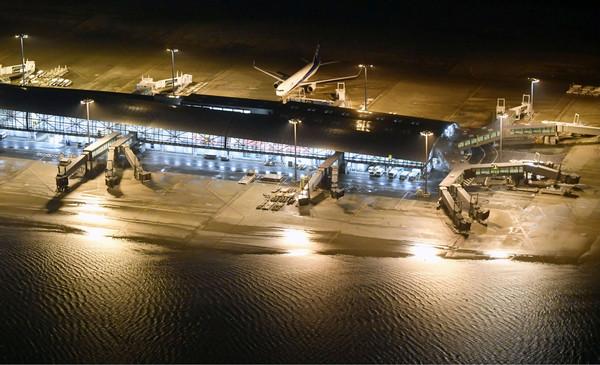 ▲▼關西機場大淹水、聯絡橋斷裂。(圖/路透)