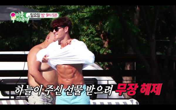 ▲▼金鍾國泳池戲水解放肌肉。(圖/翻攝自SBS)