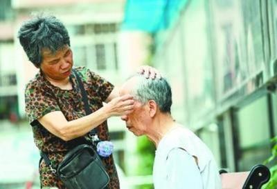 70歲嬤照顧失智老伴15年 研發「會叫的紙尿布」:我只想讓他活得體面