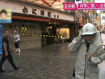 日本記者太會演!颱風吹「腰都站不直」,路人輕鬆逛街..白眼偷瞄