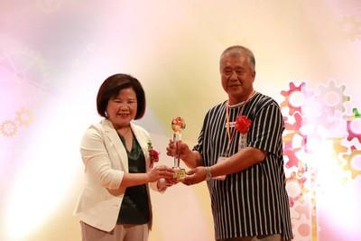 奉獻16年 劉榮發獲頒全國績優勞工志工