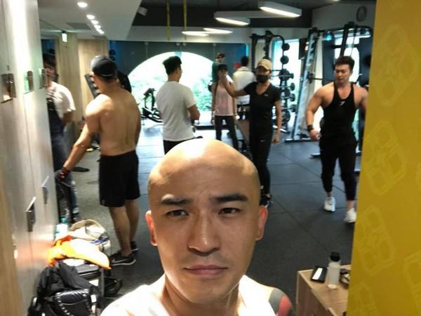 ▲小禎健身驚現王牌教練。(圖/翻攝自Facebook/胡小禎)