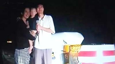 車禍殘骸旁「大媽抱子拍全家福」 受訪憋不住興奮:人沒事是大幸