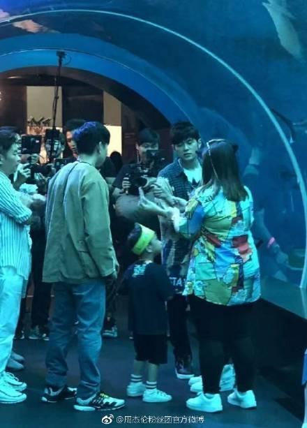 ▲網友在新加坡偶遇周杰倫、林俊傑。(圖/翻攝自微博/周杰倫官方粉絲團)