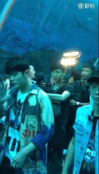 ▲網友在新加坡偶遇周杰倫、林俊傑。(圖/翻攝自微博/娛樂日爆社)