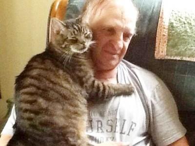 10年愛貓「見到爸爸就變心」!緊抱不放跟著回老家 獨留女飼主吃醋