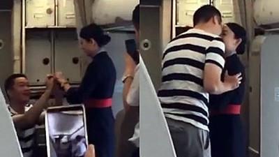 空姐機艙內被「突襲求婚」樂吻男友 下機更驚喜...公司送她解雇書
