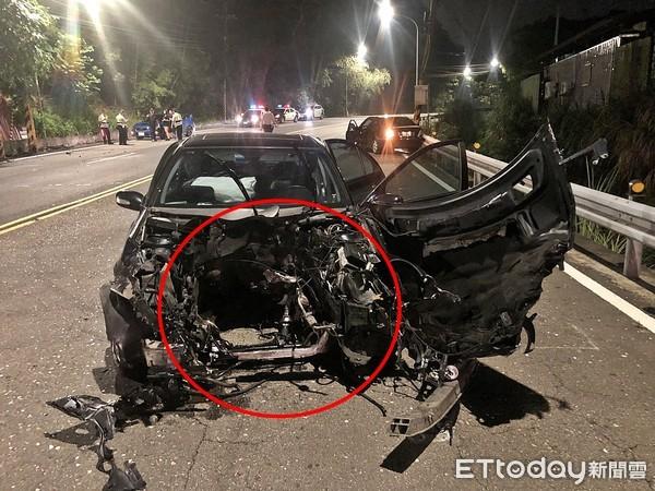 ▲▼18歲男開賓士飛車對撞「炸出大洞」!車頭消失噴引擎 他竟奇蹟輕傷。(圖/記陳雕文翻攝)