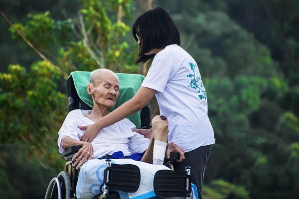 ▲▼▲台灣正式進入高齡社會,長期照顧失能患者的家庭,除了日常陪伴照護,在管灌產品的選擇上更得仔細。(圖/示意圖/Pexels)
