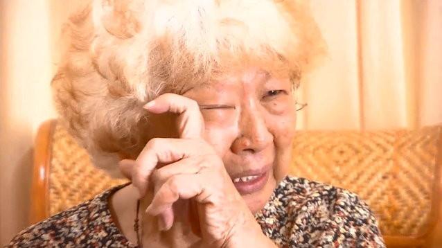 高雄鬧區伴夫屍8個月 嬤哭:先生說以後誰要叫妳「點火了快跑」。(圖/東森新聞)