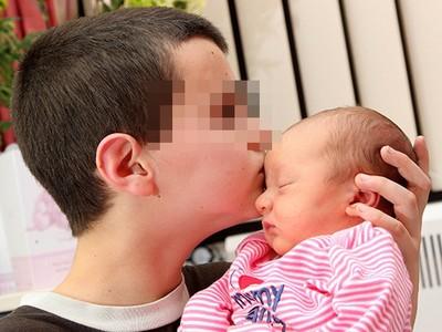 13歲小爸爸「綠到發光」!兒子DNA不對..女友靠賣假新聞發大財
