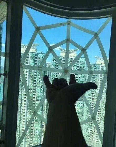 ▲▼網友們貼出防颱的窗戶貼法。(圖/翻攝自奔波兒灞與灞波兒奔微博)