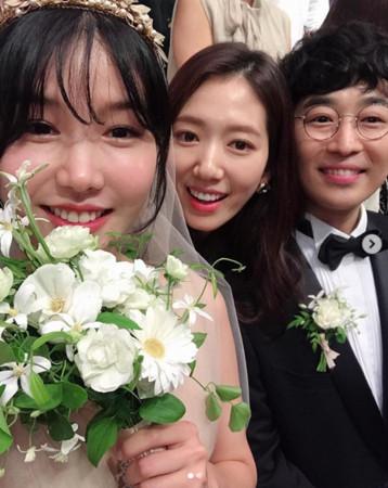 李聖經、朴信惠、潤娥參加Roco婚禮。(圖/翻攝自IG/朴信惠)