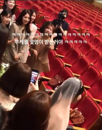 李聖經、朴信惠、潤娥參加Roco婚禮。(圖/翻攝自IG/@sarahnmore)