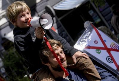 「別再玩手機!快陪我!」德國小小孩上街 奶聲奶氣喊口號抗議爸媽