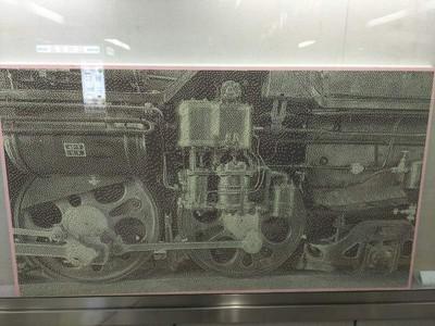 黑白列車照近看竟是車票屑 站務員完成神作累癱 展出秒宣告引退