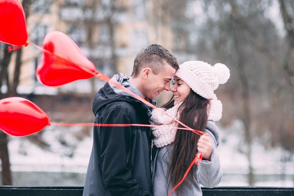 ▲戀愛,甜蜜,感情,男女,情侶,夫妻,戀人,氣球,冬天。(圖/取自免費圖庫Pixabay)