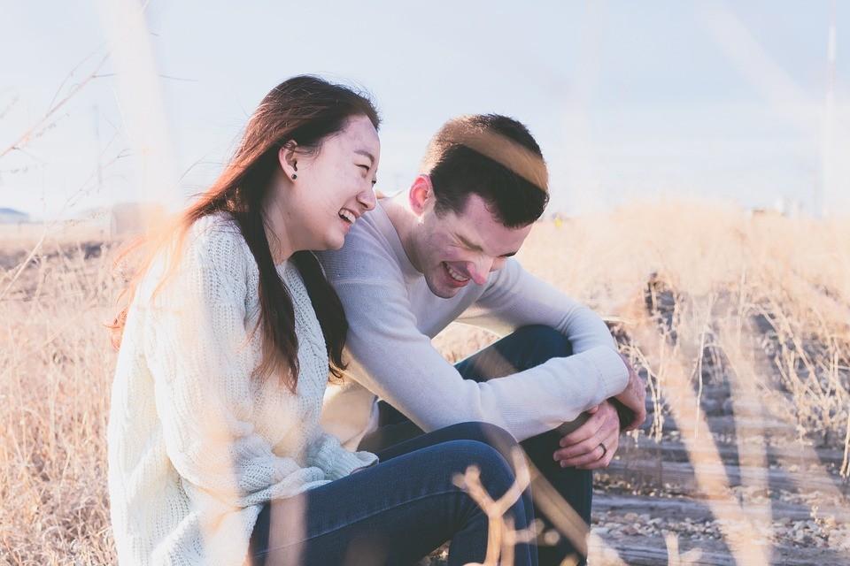 ▲笑,曖昧,甜蜜,情侶,戀愛,感情,幸福。(圖/取自免費圖庫Pixabay)