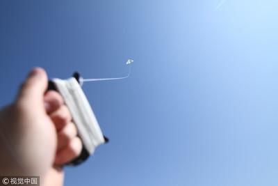 4歲女童搭車兜風 遭風箏線割喉亡
