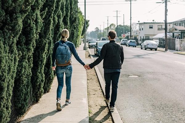 ▲約會,牽手,散步,情侶,戀愛,曖昧,愛情。(圖/取自免費圖庫Pixabay)