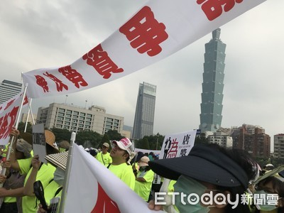 南山工會高舉尹衍樑人形牌示威