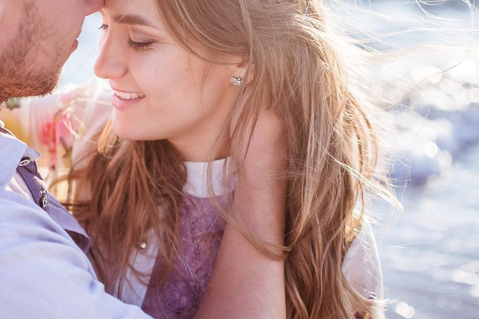 ▲情侶,夫妻,甜蜜,幸福,擁抱,浪漫。(圖/取自免費圖庫Pixabay)