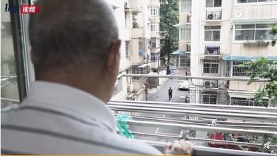 85歲失智翁冒大雨給老伴送傘