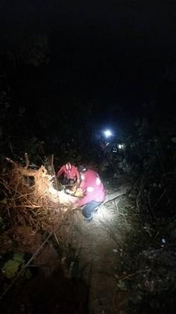 ▲▼       攻白姑大山車墜30米邊坡 5登山客受傷      。(圖/神鷹搜救隊提供)