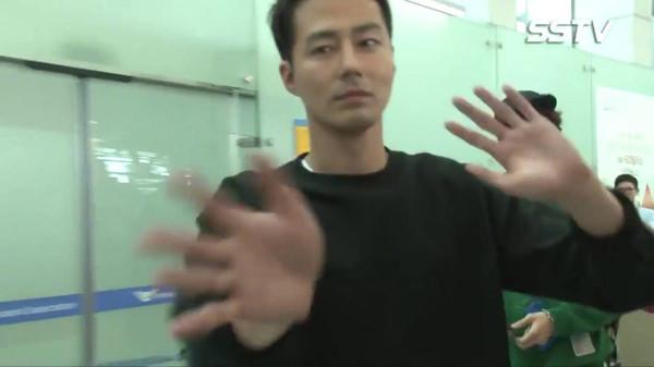 ▲▼趙寅成被誤認為李光洙經紀人。(圖/翻攝自SSTV)
