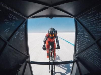 跟高鐵一樣快!女子腳踏車「時速296km」破紀錄,裝個翅膀就起飛
