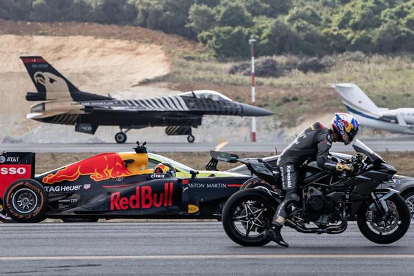 ▲地表最快重機海放F-16!直線加速賽F1&超跑也來大亂鬥。(圖/翻攝自RedBull)