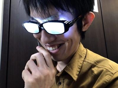 自製「看起來聰明眼鏡」!一按發光...好像在監獄學園看過你