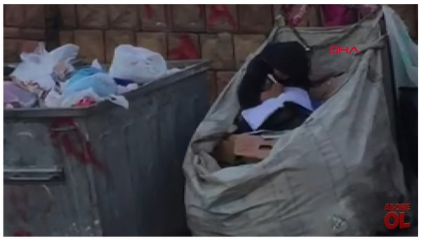 11歲少女坐垃圾推讀書 難民爸靠回收養家:希望他們能上學。(圖/翻攝自Demirören Haber Ajansı的YouTube)