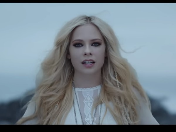 艾薇兒(Avril Lavigne)《Head Above Water》。(圖/翻攝自YouTube/Avril Lavigne)