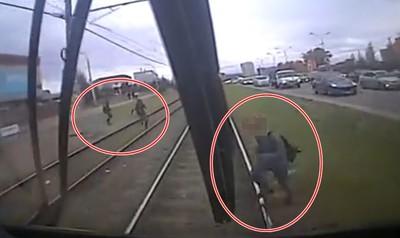 他闖鐵軌被電車輾 骨折奇蹟生還