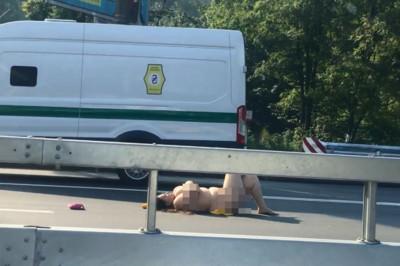 烏克蘭妹全裸躺公路上…釀大塞車