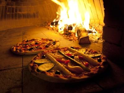 不要怕嘛!禮儀公司開賣「墓碑石製披薩窯」,烤完會有骨頭香?