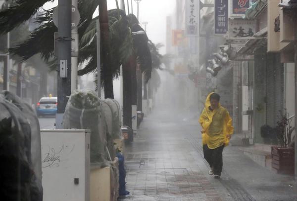 ▲▼ 潭美颱風撲日,帶來強風豪雨。(圖/路透社)