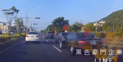 3車推撞「引擎蓋開花」 旁白轎車嚇到闖燈