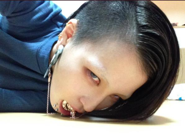 嘴巴穿洞會漏水? 她喝水實測「3條水柱噴出」結果超驚人(圖/翻攝自____H2o2推特)