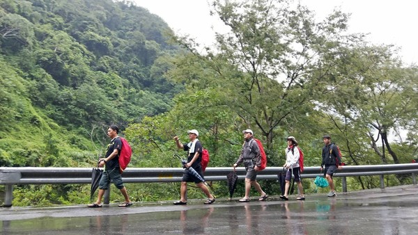 ▲51歲王中平「徒步107km穿越北橫」 余皓然終點抱緊他淚崩。(圖/翻攝自臉書/王中平和余皓然愛的小屋)