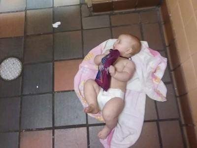 男廁沒有尿布台!憤怒爸「寶寶放地板」抗議:受夠性別歧視