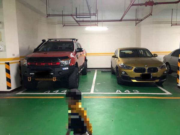 ▲福特Ranger和金色BMW X2。(圖/翻攝自爆怨公社)