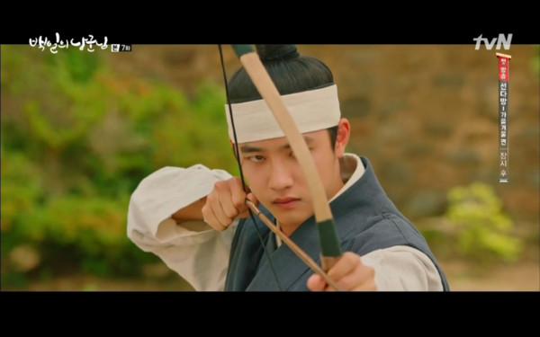 ▲元德連射箭也會,被發現身份不簡單。(圖/翻攝自tvN)