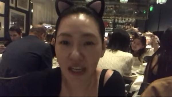 ▲小S在餐廳錄影,後方路人成亮點。(圖/翻攝自Facebook/小S 徐熙娣)