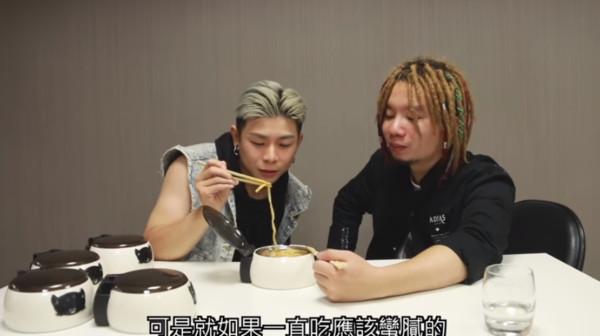 烏鴉試吃萬元牛肉麵。(圖/翻攝自Youtube/烏鴉DoKa TV)